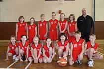 Do smíšeného basketbalového družstva minižactva Dívčího basketbalového klubu Kožlany-Kralovice dochází na tréninky přes čtyřicet chlapců a děvčat. Na snímku jsou mladé basketbalistky a basketbalisti se svým trenérem Jiřím Buňkou