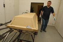 Práce až nad hlavu. Předtím, než se tělo dostane do kremační pece a během dvaceti minut je zpopelněno, je uchováno ve vysokých chladicích boxech. V krematoriu jsou dva