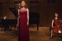 Matěj Müller se zpěvačkou Natálií Dvořákovou a violoncellistkou Viktorií Kubálkovou při natáčení Müllerovy písně Snění.