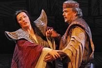 Princezna Turandot v podání Magdy Málkové a princ Kalaf ztělesněný Janem Adamcem  (na snímku ze zkoušky) v nově nastudované plzeňské inscenaci Pucciniho opery Turandot. Premiéra je na programu tuto sobotu večer veVelkém divadle v Plzni