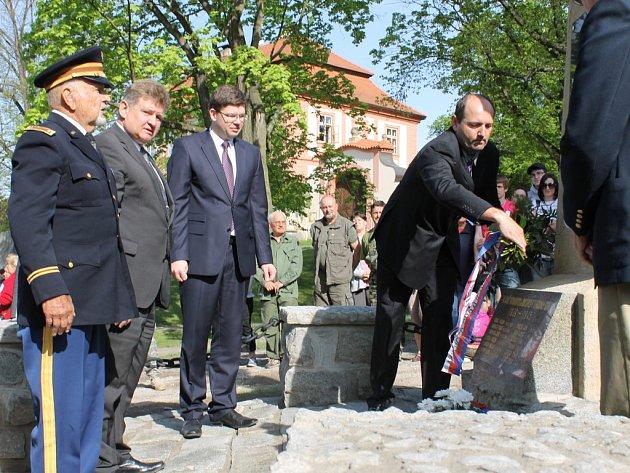 Starosta Pavel Karpíšek pokládá věnec k pomníku padlých během světových válek. Vlevo v uniformě Erik Petersen