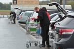 Sobotní nákupy u hypermarketu Globus u Plzně.