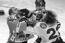 SLAVIA – PLZEŇ 6:5 sn. Dramatický zápas okořenila bitka mezi slávistou Vašíčkem (vlevo) a plzeňským Nedvědem.