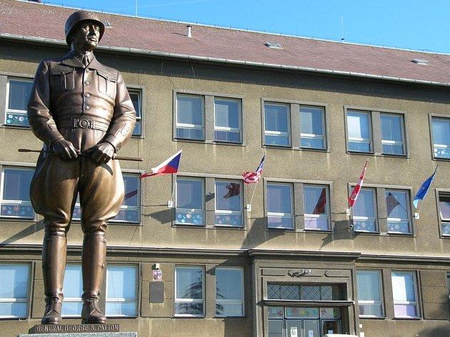 Pomník generála George S. Pattona před dýšinskou základní školou