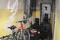 Ve středu ráno došlo kolem půl druhé v ulici Na Sklárně k požáru postelí a dalších předmětů umístěných na chodbě ubytovny.