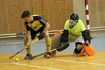 Velice úspěšně si vedou v extralize v halovém pozemním hokeji muži Litic. Na snímku se snaží vyzrát na brankáře soupeře litický Michal Bárta.