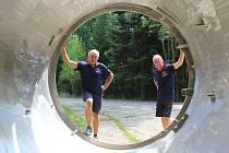 Pohled do reaktoru, jedinečná možnost, kterou lidé nikde na světě nemají. Na snímku jsou (zleva) Václav Vítovec a Milan Skočovský z Nadace Železná opona, která kromě brdského provozuje také Muzeum Železné opony v Rozvadově.
