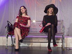 Olga Ženíšková (vlevo) a Lucie Zedníčková milují v nové komedii Smích zakázán jednoho muže