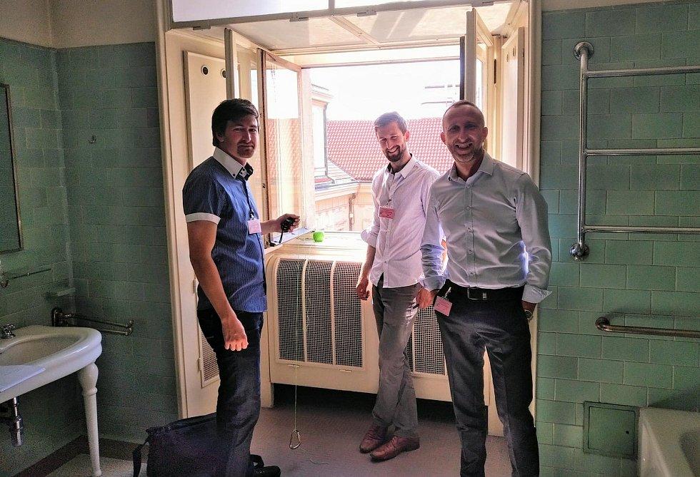 Vyšetřování smrti Jana Masaryka. Jan Vychytil, Jan Špička a Martin Čermák v koupelně služebního bytu.