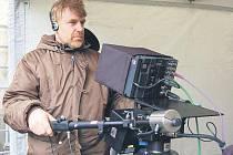 TOMÁŠ VOREL, režisér, scénárista a také kameraman nového filmu Cesta do lesa. Severní Plzeňsko velmi dobře zná, neboť jak říká, většinu času tráví v rabštejnských lesích. Kameru má prý neustále při sobě a díky ní zaznamenává veškeré dění v lese.