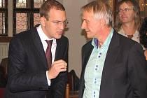 Uhlobaron a generální ředitel Sokolovské uhelné František Štěpánek (vpravo) debatuje při včerejší schůzi plzeňských zastupitelů s Danielem Křetínským. Tomu patří část EPH a mimo jiné také pražská fotbalová Sparta