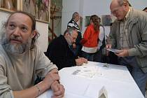 Malíř Jan Kavan a grafik Václav Fait představili v Plzni známku s motivem pivovarské věže.
