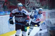 Plzeňský obránce David Kvasnička (vpravo) spolu s Václavem Skuhravým z týmu Energie na snímku z minulého derby v Karlových Varech.
