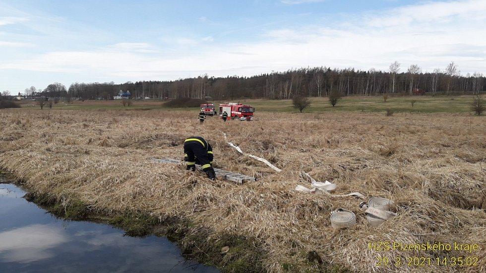 Požár travního porostu mezi Tlučnou a Vejprnicemi.