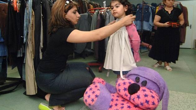 V humanitárním skladu Diecézní charity Plzeň se nashromáždily stovky kusů oděvů, pro které si kdykoli mohou přijít lidé v nouzi. V sobotu se ale ve skladu koná burza pro veřenost