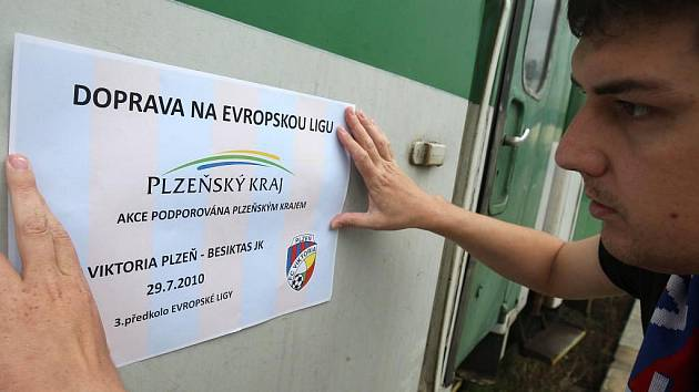 Plzeňští fanoušci mohou k pohárovém zápasu s Besiktasem jet zadarmo. Kraj vypravuje do Prahy speciální autobusy i vlak. Vagóny určené pro fotbalové příznivce budou označeny samolepkou s logem Viktorie.  Rychlík R 761 odjíždí z Plzně  v 16.10 hodin