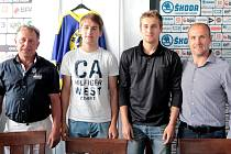 Útočníci David Michel a Jiří Kepka (druhý a třetí zleva) pózují po podpisu profi smlouvy ve společnosti Martina Straky (zcela vpravo) a Miroslava Duška