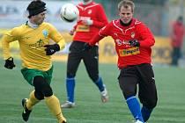 David Limberský z Viktorie Plzeň se snaží uniknout soupeři v sobotním semifinálovém utkáni fotbalové Tipsport ligy proti Žilině.