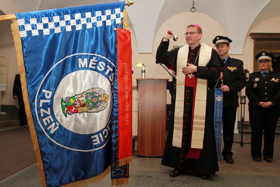 Biskup Tomáš Holub posvětil prapor městské policie