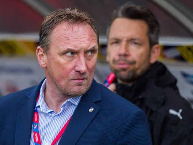 Kouč Viktorie Plzeň Zdeněk Bečka (v pozadí asistent Pavel Horváth)