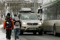 V místě,  kde při Štefánikově ulici chybí chodníky, musí jít školáci po silnici