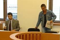 Jan Hudák (vpravo vedle svého advokáta Pavla Krpejše) si rozhodně své narozeniny takto nepředstavoval. Od soudu odcházel s pěti a půlletým trestem