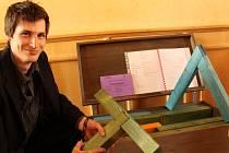 Výuková pomůcka pro tesaře. Student plzeňské SOU stavební Martin Futro u svého oceněného výrobku