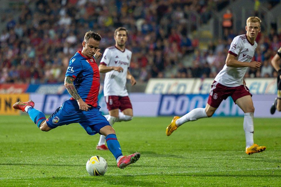Chvilku před vstřeleným gólem to zkoušel Jan Sýkora pravačkou, to ještě minul. Foto: fccv/Martin Skála