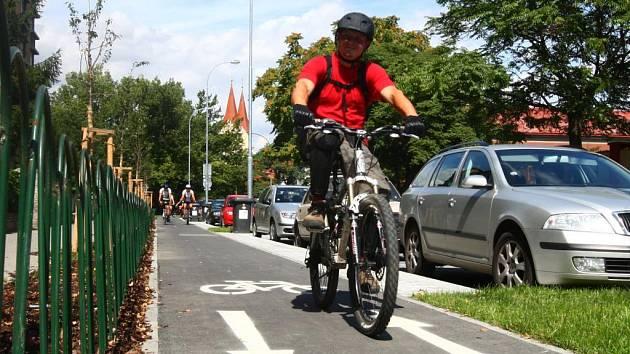 Rekonstrukcí ulice Edvarda Beneše na Borech přibyl kolařům  jízdní pruh a automobilům třicítka parkovacích míst.  Vykácené okrasné sakury nahradily nově vysazené stromy.