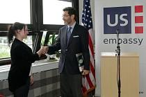 Americké centrum na Západočeské univerzitě v Plzni slavnostně otevřela rektorka Ilona Mauritzová spolu s velvyslancem USA Normanem L. Eisenem