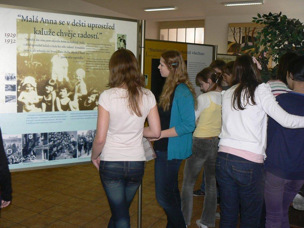 Osudy Židovky sledují studenti Masarykova gymnázia v Plzni, kde se koná putovní výstava o Anně Frankové
