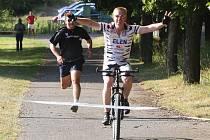 Je na 100 metrech rychlejší běžec nebo cyklista? Kamarádi Jarda Levý (běžec) a Libor Nesvatba (cyklista) se rozhodli vyzkoušet to na vlastní kůži