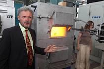 Rozpálená pec má teplotu asi 1100 stupňů Celsia. Bohuslav Mašek ukazuje, jak experimentují na malých vzorcích oceli
