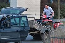 Opilý jezdec na čtyřkolce a bez papírů vyklopil spolujezdce a ujel