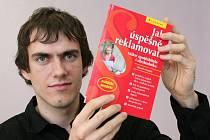 Daniel Houdek se svojí knihou Jak úspěšně reklamovat