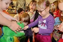 I dinosaurus musí pečovat o svůj chrup. Pro děti jsou ve Školičce mateřského centra Duha připraveny různé programy. Mimo jiné si třeba mohly prohlédnout vnitřek sanitky.
