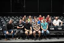 Muzikálový soubor Divadla J. K. Tyla s autory muzikálu Otřást vesmírem Jakubem Hojkou a Vojtěchem Frankem po první čtené zkoušce.