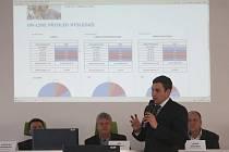 Pavel Ciprys z aukční společnosti eCentre při dražbě dodavatelů energií na třetím plzeňském obvodě.