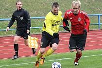 Útočník Jiskry Michal Veselý (v bílém dresu) se snaží obejít chrudimského Michala Radouše v nedělním utkání v Domažlicích, které domácí prohráli 1:2.