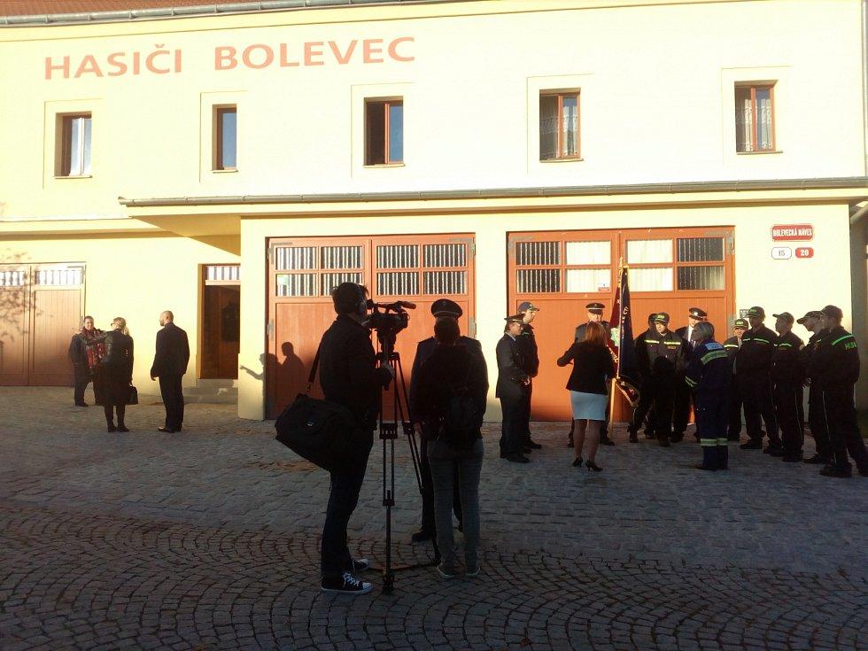 Dobrovolní hasiči čekají na příjezd prezidentské kolony.