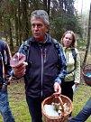 Mykologická exkurze u Konstantinových Lázní. Na snímku mykolog Svatopluk Ján