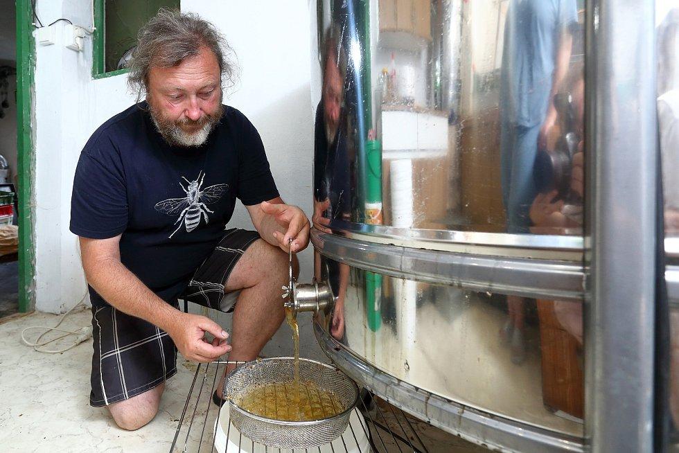 26 – Z medometu med vytéká do připravené nádoby. Plnění je nutno hlídat, aby nepřetekl.