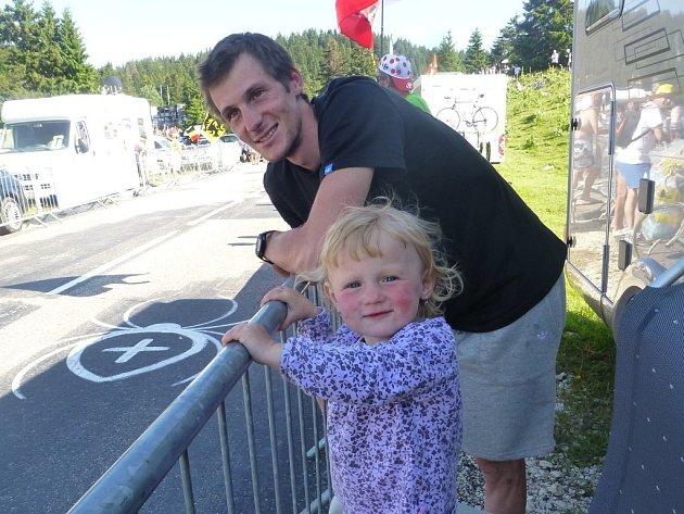 Martin Jakš se během Tour  chystá spolu s dcerkou Šarlotou povzbudit  Romana Kreuzigera  –´Křižáka´,  jak dokládá malůvka  na silnici