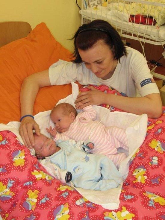 Věra Simonicsová z Plzně má ze svých dvojčátek – Karolínky a Kájíka - velkou radost. Obě děti se mají čile ke světu – Karolínka (vpravo), která při porodu 30. 11. 2008 vážila pouhých 680 gramů, váží dnes již 3,30 kg a Kájík přibral z 550 gramů na 2,65 kg