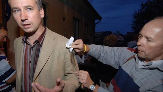 Jeden z místních byl tak pobouřen, že si z Tomáše Klvaňy udělal terč a hodil po něm vejce.