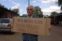 Někteří místní si připravili i transparenty s hesly proti vládě a radaru