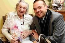 Josefína Napravilová při oslavě 100. narozenin s primátorem Plzně Martinem Baxou