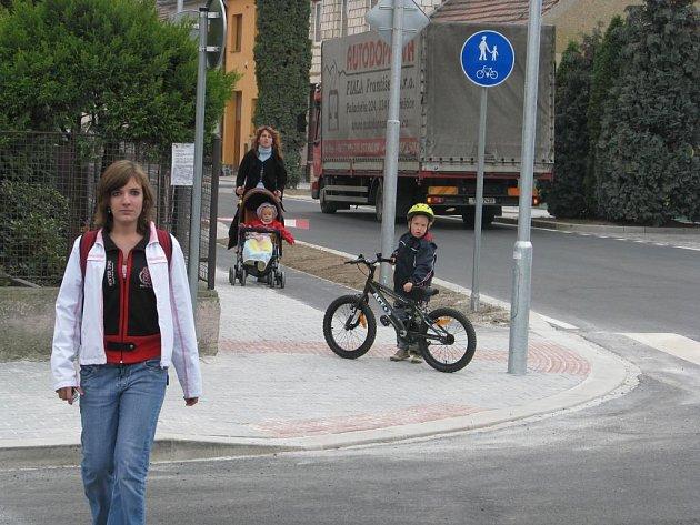PO NOVÉ CESTĚ se jezdí dobře řidičům, cyklistům i maminkám s kočárky. Rekonstrukci Palackého ulice si nemohou vynachválit