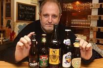 V Plzni budou v sobotu odpoledne k ochutnání desítky piv z celého světa. Některá z nich na snímku ukazuje Jan Kočka z Pivní rozmanitosti, který se snaží do Čech rozšířit piva, která zde nejsou běžně dostupná
