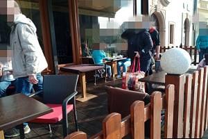 Na předzahrádce u jedné z plzeňských kaváren si lidé v neděli i přes vládní opatření dopřávali kávu a dezerty.